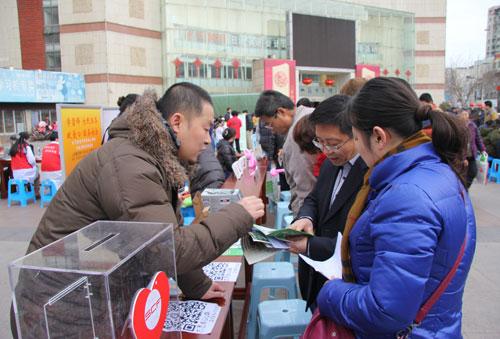 青年志愿者开展公益宣传服务-宝山区开展 3 5 学雷锋广场志愿服务行动